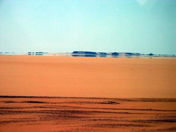 Miraggio inferiore nel deserto