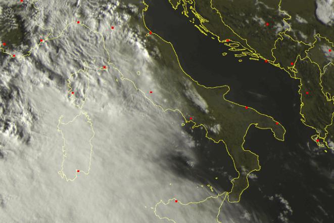 Intensa copertura nuvolosa sulla Sardegna - sat24