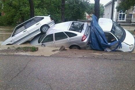 Alluvione Russia Sabato 7 Luglio 2012 - smottamenti e auto sprofondate