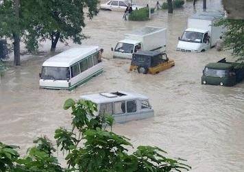 Alluvione Russia Sabato 7 Luglio 2012 - macchine galleggianti nell'acqua