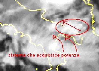 Mostra sia l'attività temporalesca formatasi nell'entroterra sul Salento, sia il sistema temporalesco sull'alto Ionio in procinto di valicare le coste lucane e quelle pugliesi.