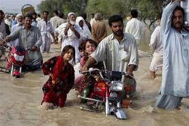 Alluvione Pakistan: le piogge torrenziali degli ultimi giorni stanno portando distruzione e numerose vittime. Quasi 100 i morti accertati.