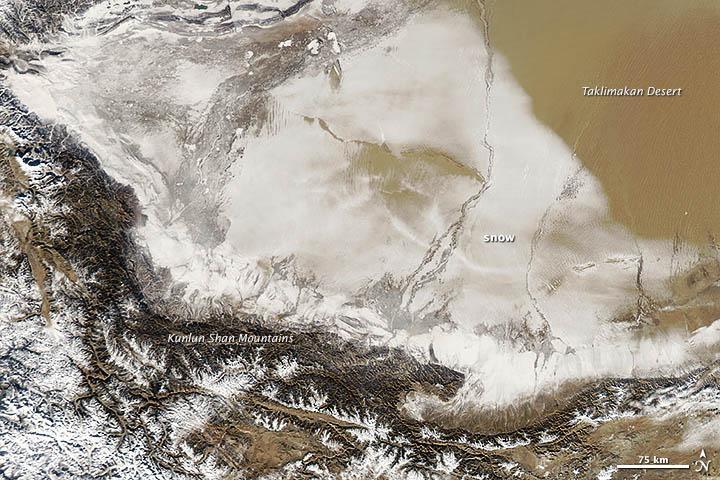 Cina: neve nel deserto di Taklamakan