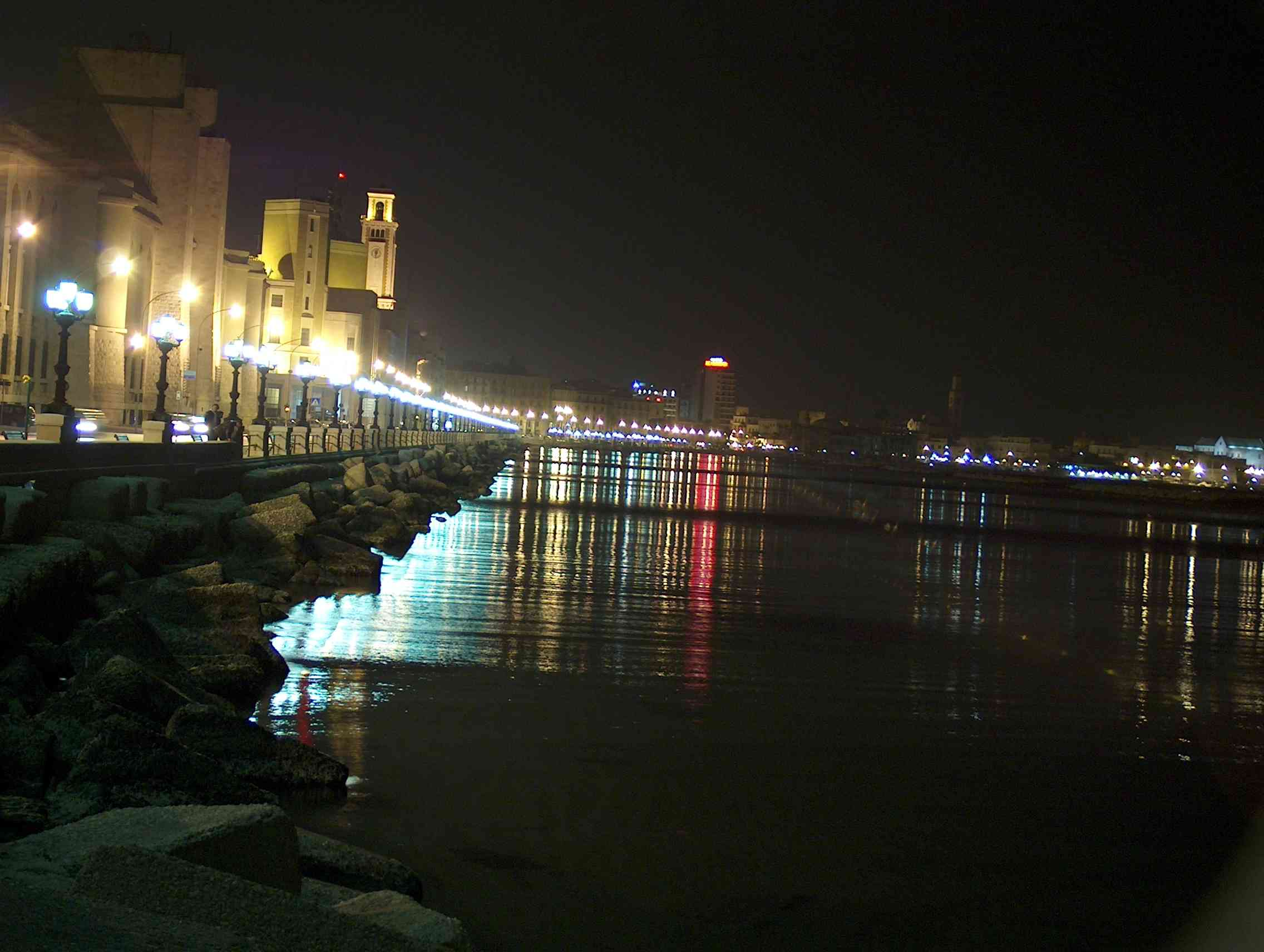 PUGLIA: splendida veduta serale del lungomare di Bari