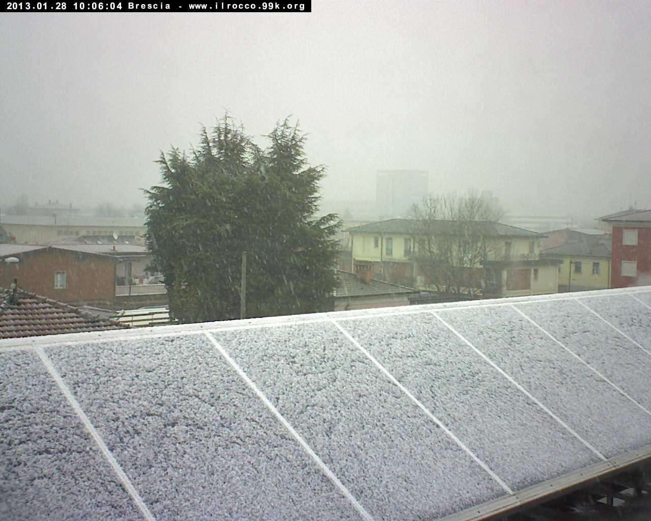 Brescia sotto una nevicata moderata