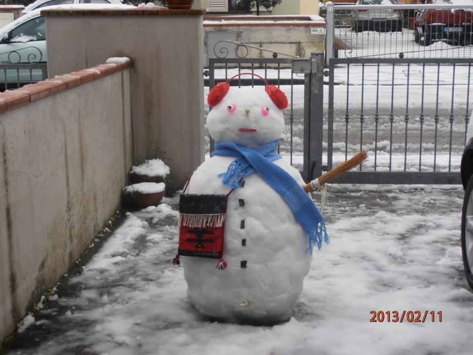 Simpatico pupazzo di neve ad Altopascio (Toscana) - Foto di Mioara Popina )