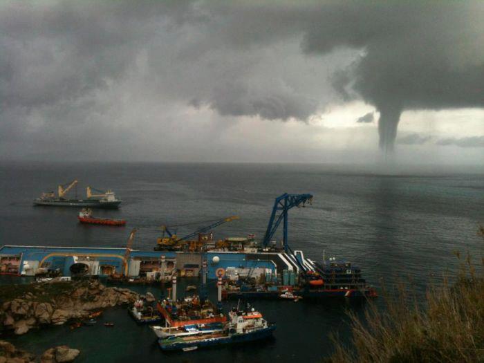Costa Concordia - Forte maltempo in Toscana. Supercella nel grossetano con annessa tromba marina a pochi km dall'Isola del Giglio.