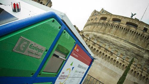 Eco-compattatori a energia solare per far fronte alla gran mole di rifiuti prodotti dai pellegrini nei giorni del Conclave