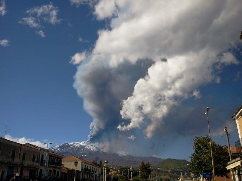 Eruzione Etna Aprile 2013 - Ieri 3 Aprile la nona eruzione del vulcano siciliano da inizio anno. Periodo di grande attività per l'Etna.