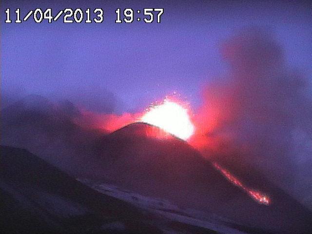 Eruzione Etna Oggi - Decimo parossismo del 2013 in atto. Grande attività del vulcano più alto d'Europa