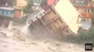 ALLUVIONE India 2013: le incredibili immagini del crollo di una casa (video)