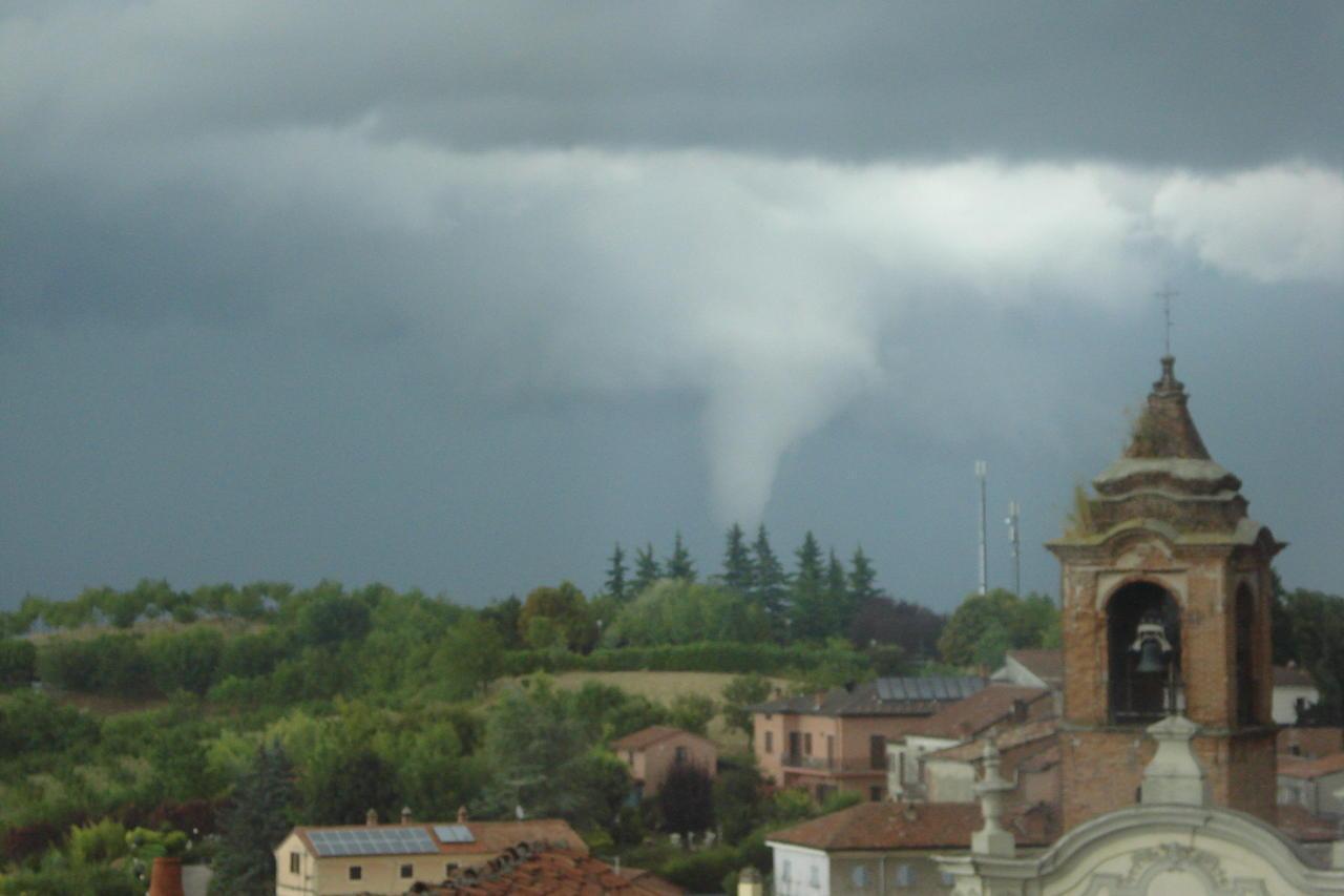 Tornado in provincia di Alessandria, nei pressi di Valenza. Le ultime segnalazioni parlano di venti molto forti, ma nessun danno al momento