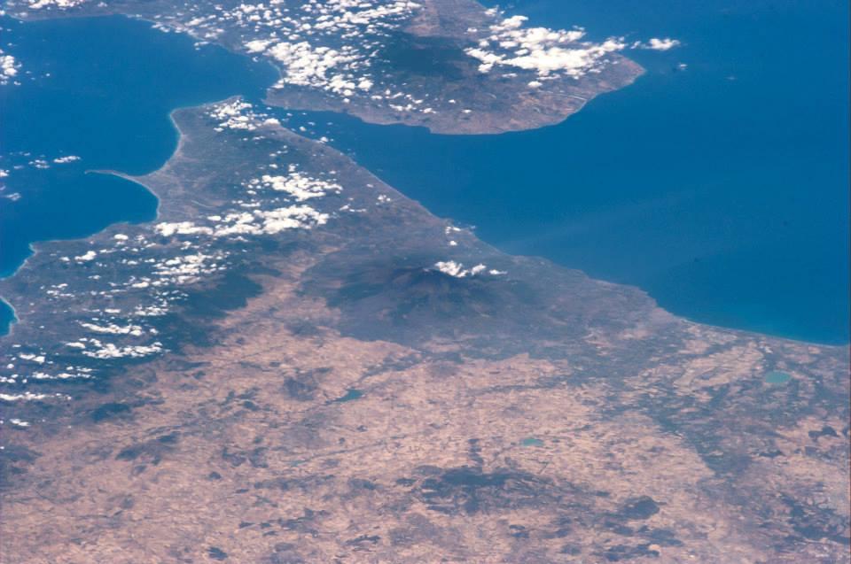 Stretto di Messina e l'Etna visti dallo Spazio - Foto di Luca Parmitano