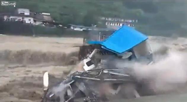Cina : Case devastante dalla piena del fiume