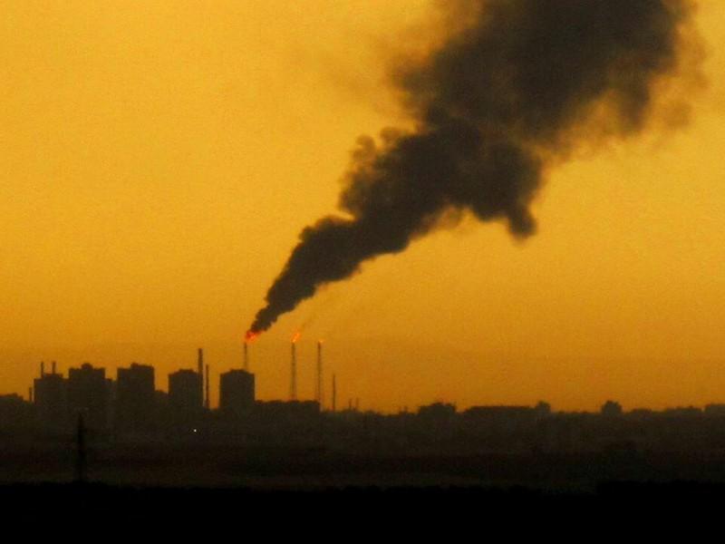 Ultim'ora: fiamme e fumo nero da raffineria a Taranto