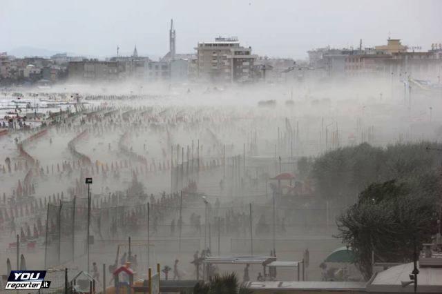 Tempesta di sabbia si abbatte su Rimini