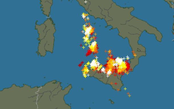 Sicilia : Tempesta di fulmini sulla costa settentrionale