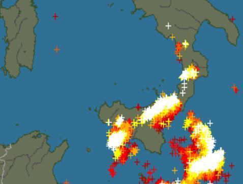 Tempesta di fulmini in atto sullo Stretto