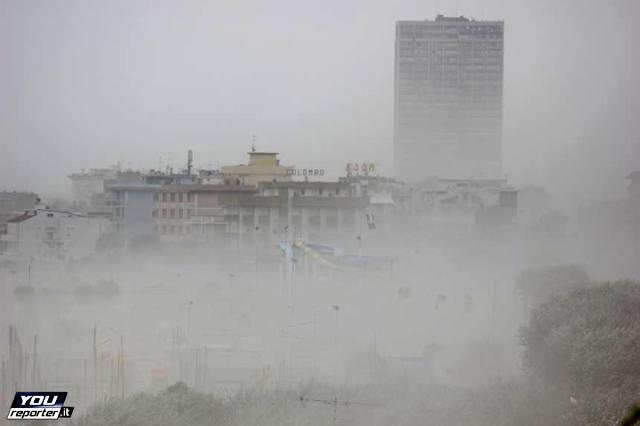 Tempesta di sabbia si abbatte su Rimini - Fonte Youreporter