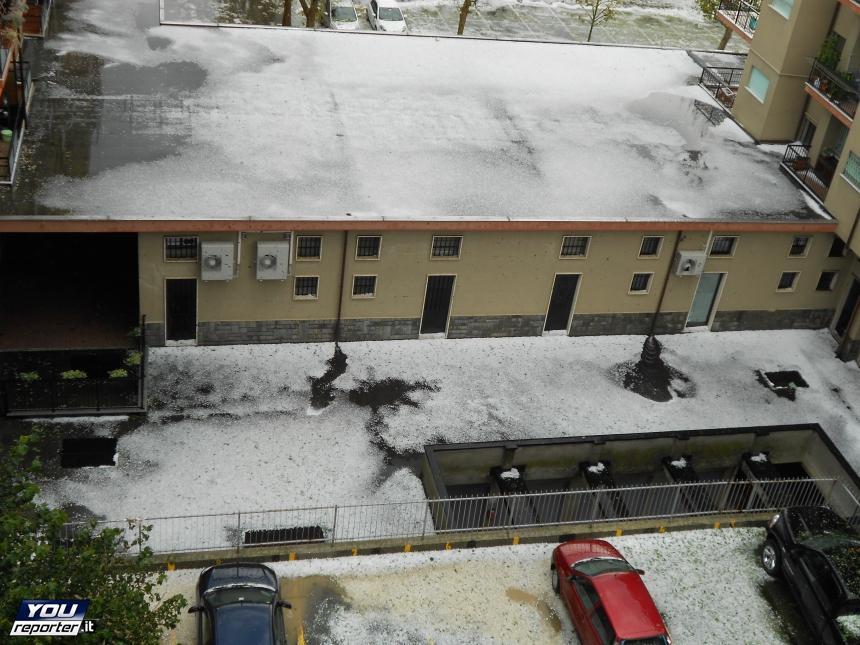 Eccezionale tempesta di grandine a Rivoli: gravi danni e paesaggio imbiancato come fosse neve