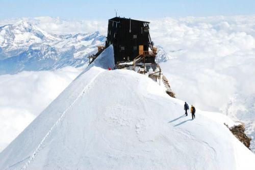 Straordinaria impresa di una 75enne: arrampicata sul rifugio piu' alto d'Europa, Capanna Margherita