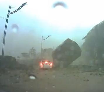 Taiwan : Impressionante masso sfiora un'automobile