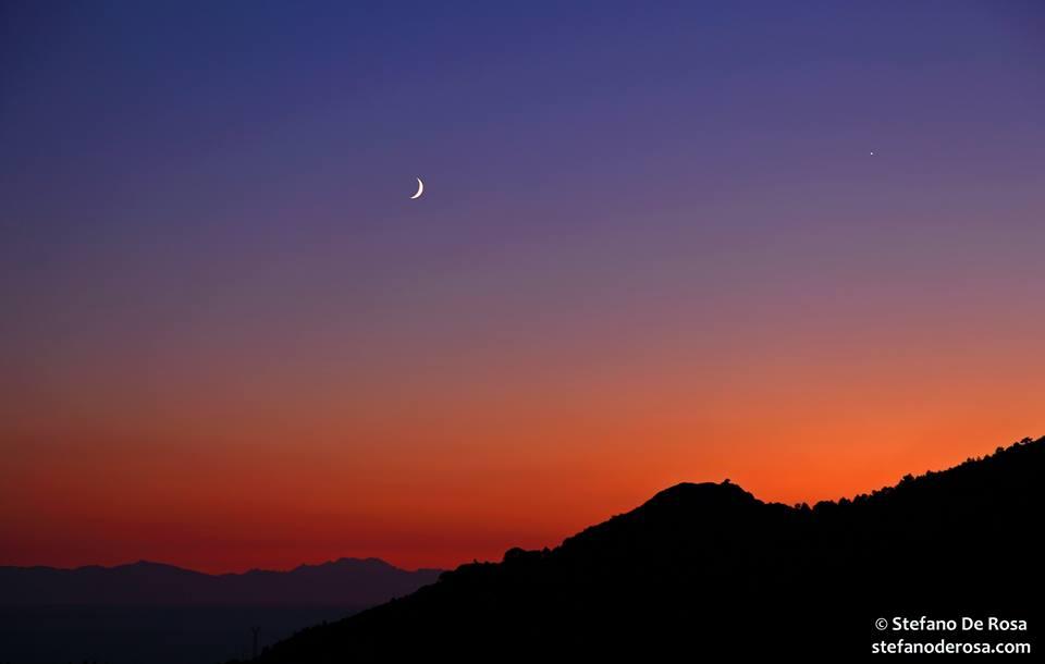 Ecco la luna crescente e il pianeta Venere (a destra della foto).
