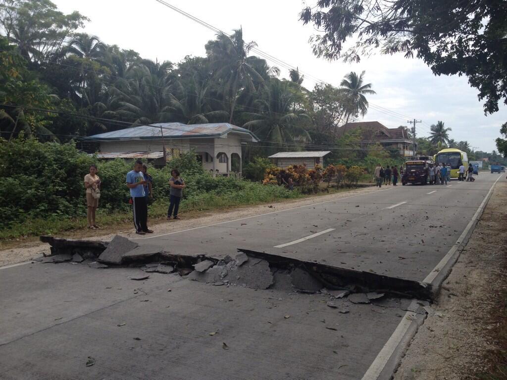 Si aprono le strade nelle Filippine a causa del violento scuotimento