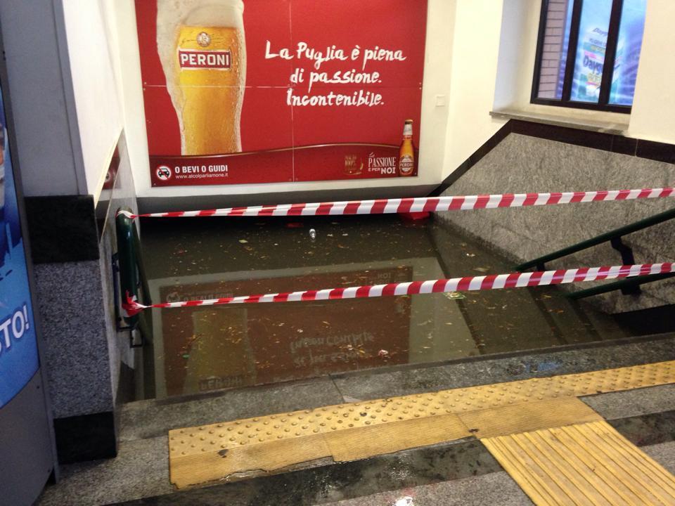 Sottopassaggio della stazione di Brindisi totalmente allagato