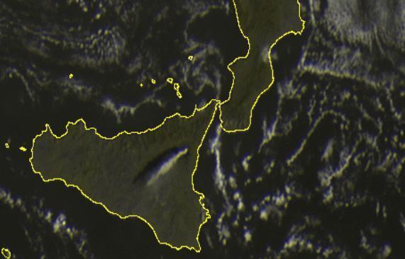 Scatto satellitare ore 09.00 - Evidente la colonna di fumo sull'Etna trasportata dai venti da nord-est