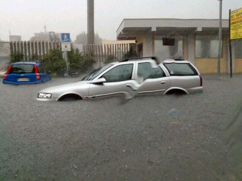 Maltempo Puglia : auto sommerse dall'acqua . Fonte : brindisireport.it