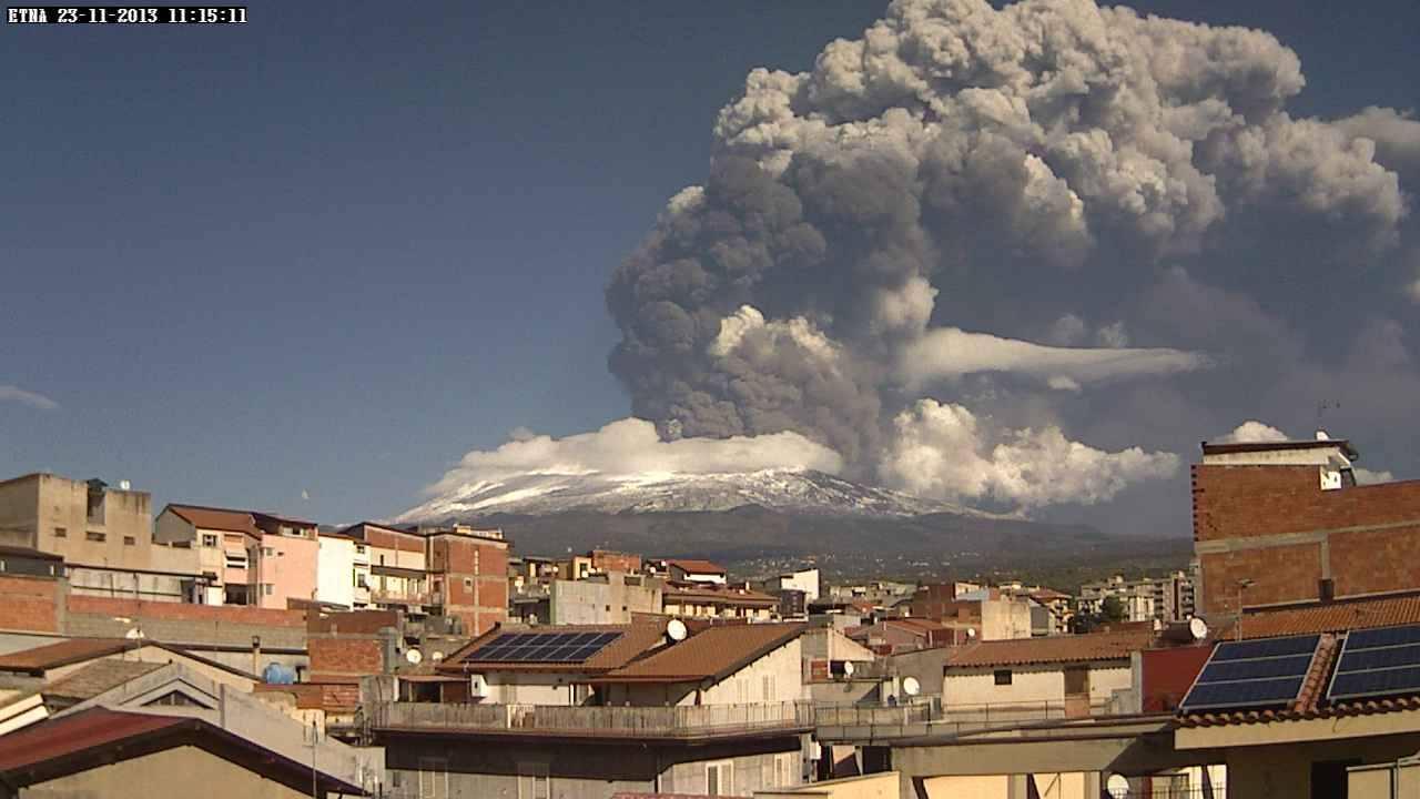 Eruzione Etna : enorme nube di cenere fuoriesce dal vulcano