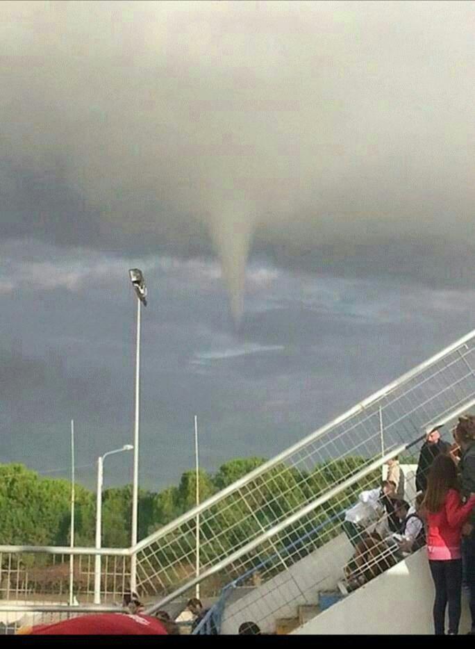 Funnel cloud (tentativo di tornado) immortalato a Massafra, TA)