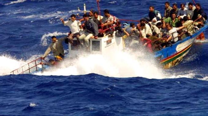 Ultim'ora: barcone con 120 persone vicino la Calabria fra onde oltre i 10 metri