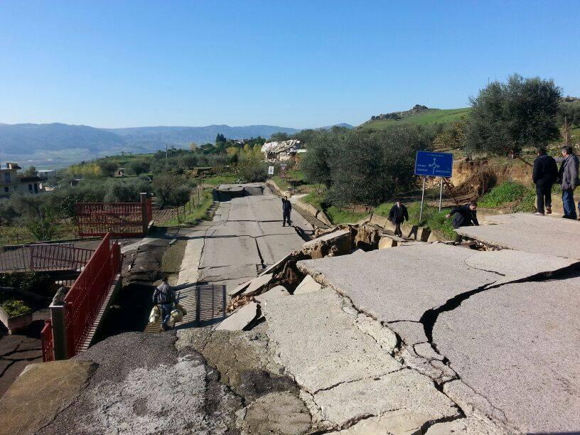Montescaglioso: frana continua a divorare la strada