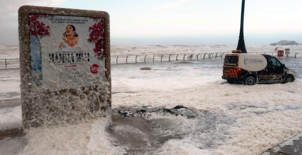 URAGANO XAVER: città viene ricoperta da schiuma (video)