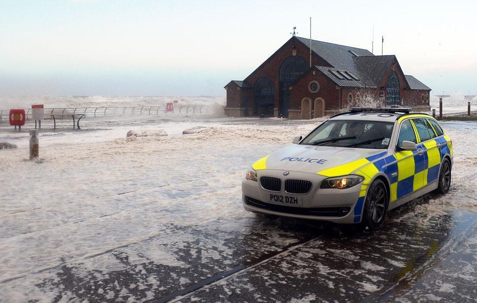 URAGANO XAVER: Blackpool viene ricoperta da schiuma di mare (video)