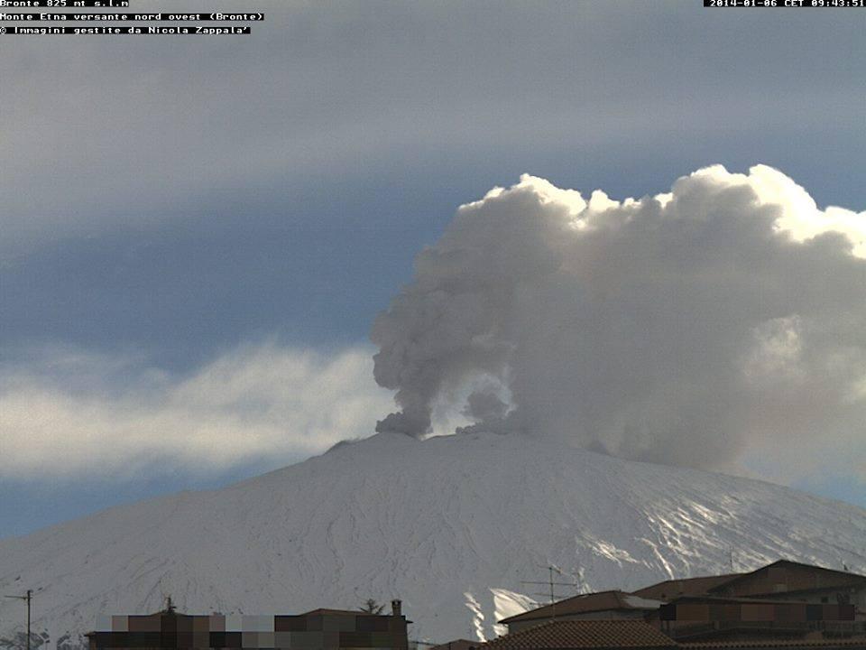 Eruzione Etna 6 Dicembre: imponenti nubi di gas si alzano dal Vulcano