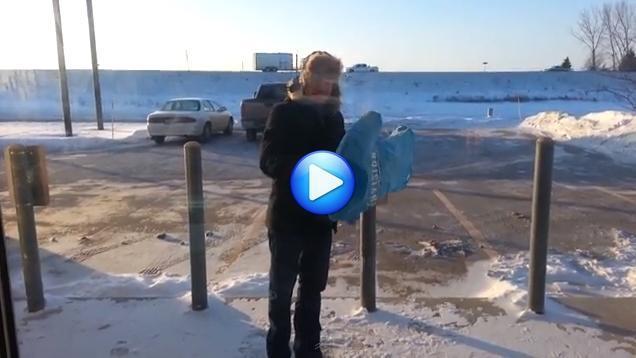 Gelo storico negli USA: video incredibile, una t-shirt si congela all'aria in pochi secondi