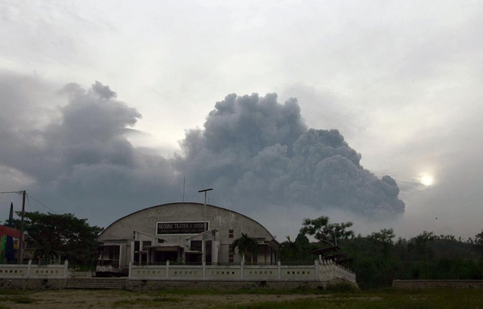 Eruzione Vulcano Kelud: paesi ricoperti dalla cenere, le incredibili immagini