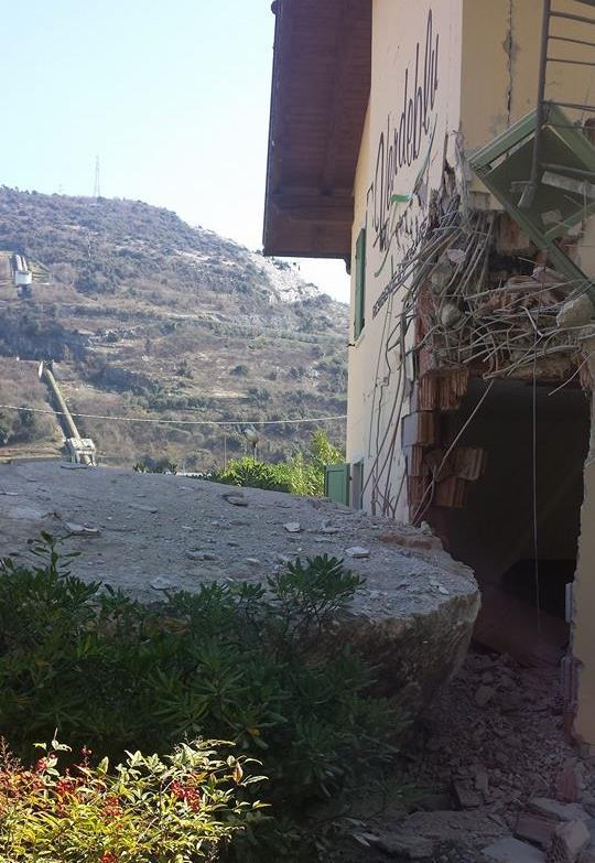 Ultim'ora: grossa frana colpisce Linfano di Arco, auto e case distrutte
