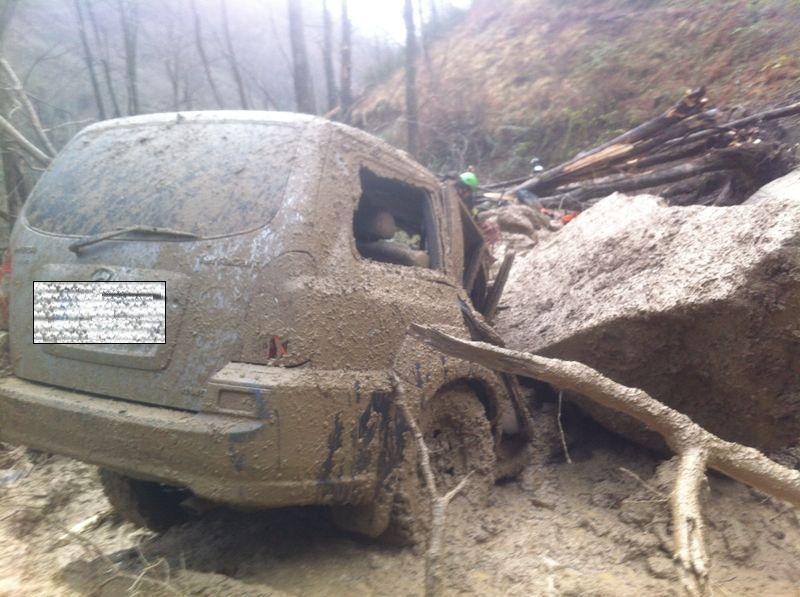 Frana travolge auto: le terribili immagini dalla zona di Cantagallo