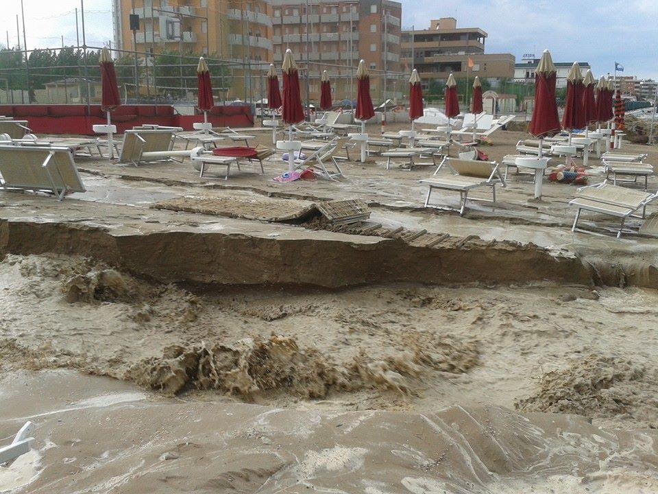 Matrimonio In Spiaggia Nelle Marche : Ultim ora grave maltempo nelle marche spiagge cancellate
