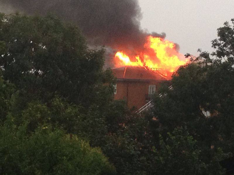 Maltempo Lombardia: fulmine incendia una casa nel Varese