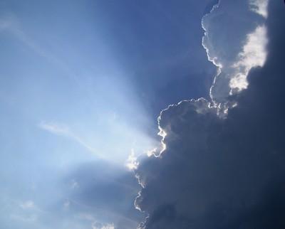 Previsioni meteo oggi: netto miglioramento, deboli piogge sparse lungo le Adriatiche