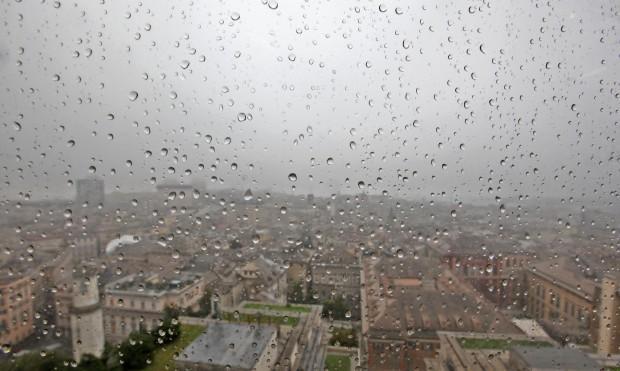 Previsioni meteo domani - In questo breve editoriale andremo ad analizzare i principali modelli matematici ad alta risoluzione per elaborare una previsione meteorologica più accurata possibile per la giornata di domani Venerdì 12 Dicembre 2014. Previsioni meteo domani: peggiora al Nord Ovest Previsioni meteo domani: peggiora al Nord Ovest La giornata odierna è risultata stabile e soleggiata su gran parte dei territori Italiani, cieli nuvolosi o coperti solo Adriatiche mentre qualche debole e sporadica pioggia ha interessato l'estremo Sud Italia. Nella giornata di domani le condizioni meteorologiche si manterranno stabili e soleggiate su gran parte del territorio, tuttavia a partire dal tardo pomeriggio le regioni di Nord ovest vedranno un progressivo peggioramento delle con