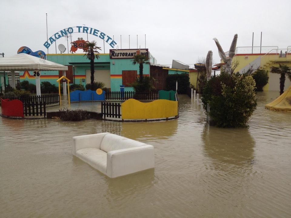 Alluvione a cesenatico scenario drammatico nella citt romagnola foto e video - Bagno italia cesenatico ...