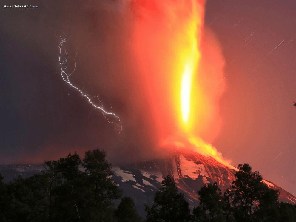 Spettacolare eruzione del vulcano Villarca in Cile - Credits by Anton Chile/ AP Photo