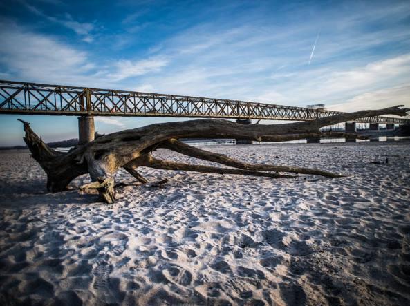 Siccit gravissima il po diventa un fiume di sabbia foto - Letto di un fiume in secca ...