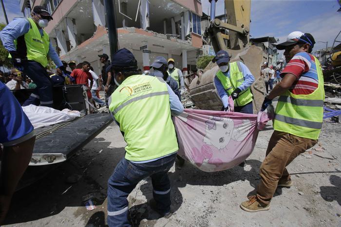 Ecuador, la terra trema: centinaia di morti e feriti